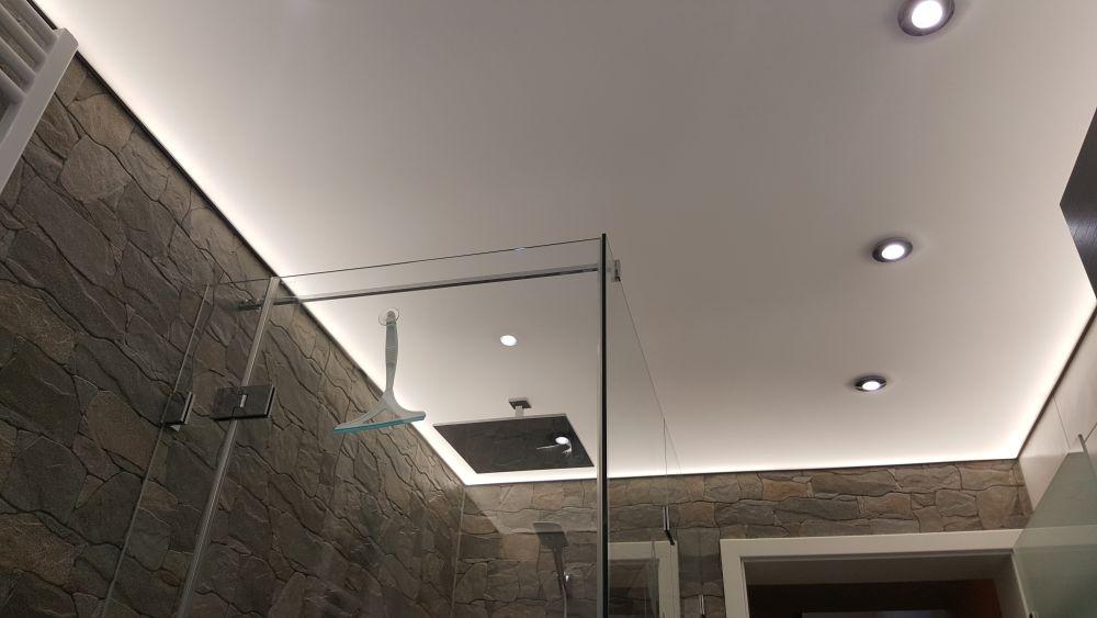 Bad Lichtspanndecke im Bad mit indirektet und direkter Beleuchtung